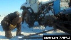 Ескі көлігін жөндеп жатқан тұрғын. Ақтөбе облысы Белқопа ауылы, 19 ақпан 2012 жыл.