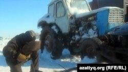 Житель села Белкопа ремонтирует старый трактор. Актюбинская область, 19 февраля 2012 года. Иллюстративное фото.