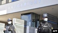 Német rendőrök egy magdeburgi bíróság előtt (Illusztráció)