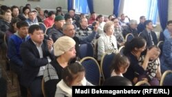 В зале общественных слушаний по делу арестованных активистов Болатбека Блялова, Серикжана Мамбеталина и Ермека Нарымбаева Астана, 20 ноября 2015 года.