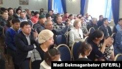 Азаматтық белсенділердің қамалуына қатысты қоғамдық тыңдауға келгендер. Астана, 20 қараша 2015 жыл.