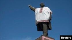 Памятник Ленину в Запорожье попытались уберечь от сноса, переодев в украинскую вышиванку