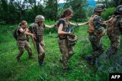 Жінки-бійці «Правого Сектору» під час військових навчань біля міста Хуст на Закарпатті. Червень 2015 року