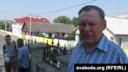 Паэт Юрка Голуб, на фоне дома Ларысы Геніюш