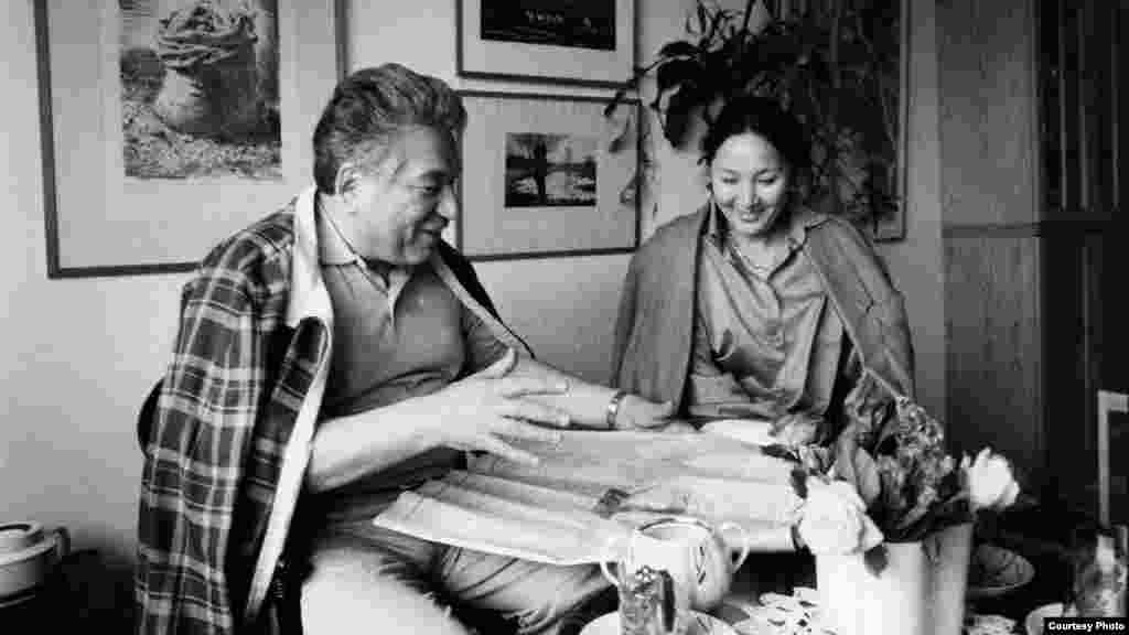 """Мария Урматовна Чыңгыз Айтматовдун биринчи окурманы жана редактору да болчу. """"Кылым карытар бир күн"""" романын Мария Айтматова өз колу менен терип чыккан."""
