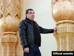 Президент Имомали Раҳмон тожиклар тарихи ҳақида китоблар ёзишни ёқтиради.