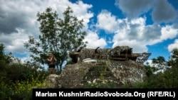 Архівне фото: на одній із українських позицій біля Кримського, що зазнало обстрілу нині