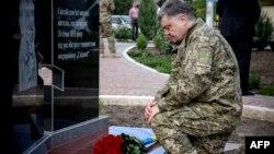 Прэзыдэнт Украіны Пятро Парашэнка ўсклаў кветкі да помніка гараджан, якія загінулі падчас абстрэлу прарасейскіх сэпаратыстаў падчас яго рабочага візыту ў Марыюпаль, у Данецкай вобласьці, 11 чэрвеня 2015 году