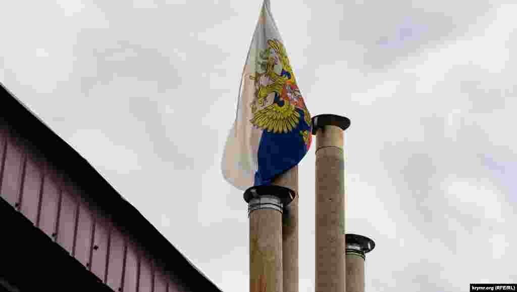 Житель Марьино повесил российский триколор на один из дымоходов своего домовладения