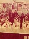 Pionieri de la Școala generală 15 din București în cabinetul de istorie (1982) Sursa: comunismulinromania.ro