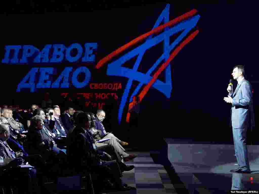 """...А в результате тайного голосования Прохоров был избран новым лидером """"Правого дела""""."""