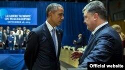 Президент України Петро Порошенко (праворуч) і президент США Барак Обама під час зустрічі у рамках Генасамблеї ООН, Нью-Йорк, 28 вересня 2015 року