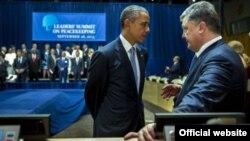 Під час однієї з зустрічей президента США Барака Обами (ліворуч) та президента України Петра Порошенка в кулуарах сесії Генеральної асамблеї ООН у Нью-Йорку, 28 вересня 2015 року