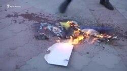 «Відправили в пекло». У Криму спалили фото Трампа, Мей і Макрона (відео)