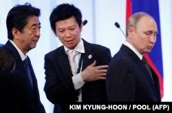 Прем'єр Японії Сіндзо Абе (ліворуч) та президент Росії Володимир Путін. Осака, 29 червня 2019 року