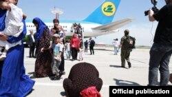 Өзбекстанға келіп, туған жерін сүйіп жатқан Сириядан оралғандар. Ташкент, 30 мамыр 2019 жыл.