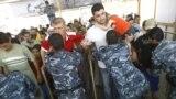 قوات الأمن العراقية تفتش الزائرين