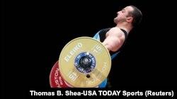 Казахстанский тяжелоатлет Ниджат Рахимов на чемпионате мира в городе Хьюстон в США. 25 ноября 2015 года.