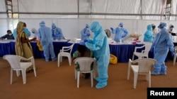 Medicinski radnici testiraju u Ahmedabadu, Indija, 17. juli, 2020.