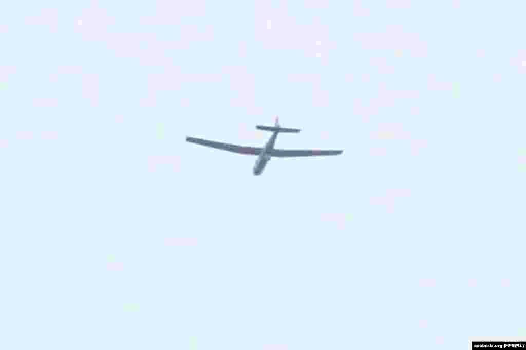 Над полем ляКурапат лётаў бесьпілётнік, падобны да«Бусел-м». Такія выкарыстоўваюць для відэамініторынгу мясцовасьці