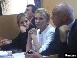 Подсудимая Юлия Тимошенко (в центре), справа от нее дочь Евгения, в суде. Киев, 30 сентября 2011 года.