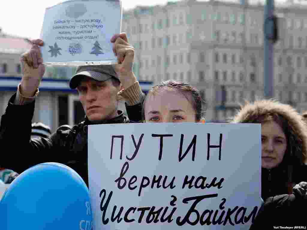 """Фотография Юрия Тимофеева, Радио Свобода - Участники митинга приняли резолюцию под названием """"Сохраним Байкал живым""""."""
