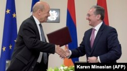 French Foreign Minister Jean-Yves Le Drian (left) meets with Armenian Foreign Minister Zohrab Mnatsakanian in Yerevan on May 28.