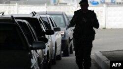 Ուկրաինացի զինվորը ստուգում է ռուս-ուկրաինական սահմանով անցնող մեքենաները, արխիվ