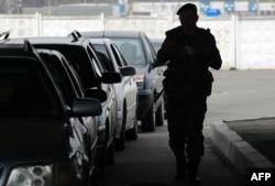 Украинский пограничник проверяет автомобили, въезжающие в Приднестровье
