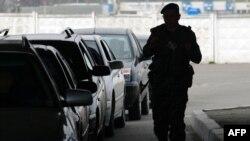 На пограничном пункте в Кучурганах украинский пограничник проверяет поток автомобилей из приднестровского региона
