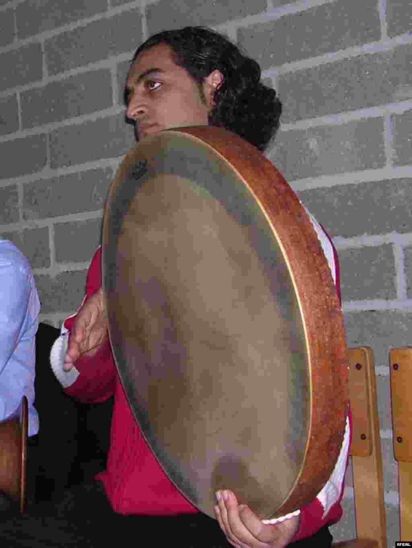 - رضا سامانی جوانترین عضو گروه کوبه ای موسیقی ضربانگ در حال نواختن دف