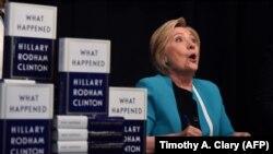 """Хиллари Клинтон представляет книгу воспоминаний о президентской кампании 2016 года под названием """"Что случилось"""" в магазине Barnes & Noble на Юнион-сквер в Нью-Йорке, 12 сентября 2017 года"""