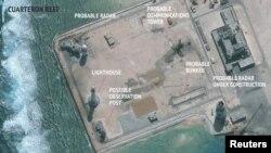 Строительство на одном из искусственных островов в архипелаге Спратли, сооруженном Китаем