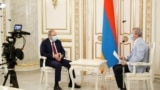 Премьер-министр Армении Никол Пашинян дает интервью российскому РБК, 25 июля 2020 г.