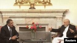 د امریکا د دفاع وزیر لیون پانیټا په افغانستان کې له ولسمشر حامد کرزي سره د لیدو په حال کې.۹ جولايي ۲۰۱۱