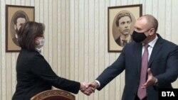 Корнелия Нинова и президентът в началото на срещата им във вторник