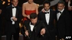 بن افلک (نفر جلو) کارگردان فیلم «آرگو»
