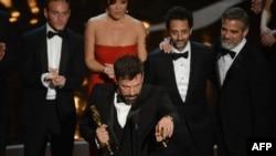 """Энг яхши филм номинацияси бўйича Оскар """"Арго"""" филми муаллифларига топширилди."""