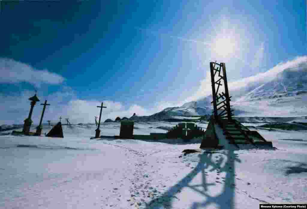 Фрагменти пам'ятника в'язням Норильська під горою Шмідта (фотографії Миколи Хрієнка)
