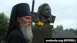 Інак Мікалай (Алег Бэмбель) каля помніка Ларысе Геніюш у Зэльве
