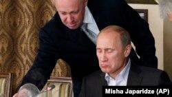 Yevgeny Prigozhin (solda) Vladimir Putinə xidmət göstərir