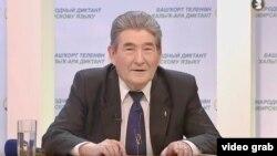 Марсель Сәлимов диктант яздыра