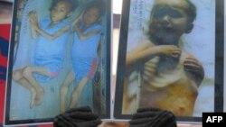 یک فعال کره جنوبی، تصاویری از کودکان گرسنه کره شمالی را در دست دارد