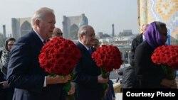 Заместитель государственного секретаря США по политическим вопросам Томас Шэннон у могилы первого президента Узбекистана Ислама Каримова. Фото взято со страницы в посольства США Facebook'e.