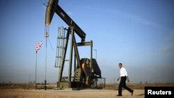 Президент США Барак Обама проходит мимо нефтекачалки в Мексике. 21 марта 2012 года. Иллюстративное фото.