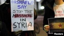 Demonstrues izraelitë duke protestuar para ambasadës para ambasadës ruse në Tel Aviv...