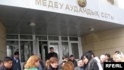 «Тристар» кұрылысын өз қолдарына алмақшы үлескерлер Медеу аудандық соты алдында. Алматы, 18 наурыз, 2009 жвл.