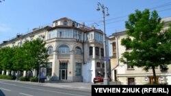 Все послевоенные дома на улице построены в едином стиле