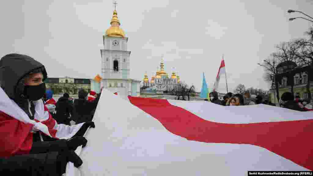 Учасники маршу пройшлись маршрутом Михайлівська площа–Володимирський пішохідний міст– Хрещатик– майдан Незалежності