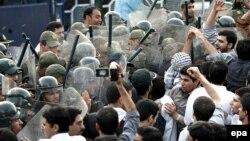 Архивска фотографија: Протест пред британската амбасада во Техеран во 2007 година.